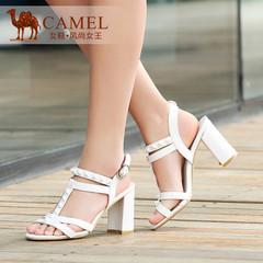 Camel骆驼女鞋 时尚优雅 牛漆皮铆钉金属搭扣粗高跟凉鞋新款
